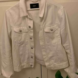 Oversized vit jeansjacka, nästan oanvänd! Skit bra skick🦋🦋🦋💗