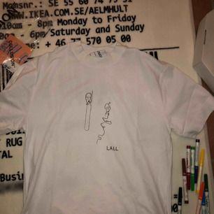 T-shirt från collusion helt ny bara motiv ritat på. Ledsen jävla ballong och en ikke ledsen. Gjort med textilpennor❤️