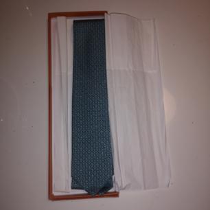 Nya och helt oanvänd slips från HERMÈS. Ny pris 1850kr. 100% silk, kommer i förpackning! Perfekt present om inte annat.  FRAKT INGÅR I PRISET.