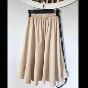Cremevit kjol som går ner till knäna. Kjolen är helt ny med prislappen kvar. Gratis frakt 🙌🏽☀️ (Storlek 4 uk)
