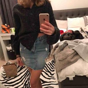Jeans kjol från Bikbok med lite slitningar där fram. Super söt och bra att ha till sommaren!💙