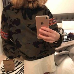 Hoodie från Zara. Super fina detaljer på armarna och perfekt att ha nu till vintern. 🥰
