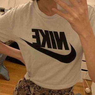 Denna snygga Nike tröja säljes, funkar till träning å vardag! Croppad:)