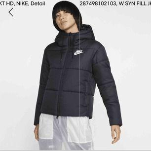 Säljer denna dunjacka från Nike, köpt på här på plick men den passar inte. Den är använd men i fint skick! Priset gäller inklusive frakt😊