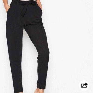 Säljer dessa supersköna svarta byxorna från Nelly i storlek xs men passar som s också. Skriv privat för fler bilder