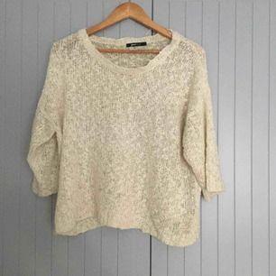 Vit/beige/krämfärgade stickad tröja i storlek S.  Ge bud