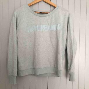 """Ljusblå sweatshirt med """"Daydreamer"""" i storlek M. Passar även S  Ge bud"""