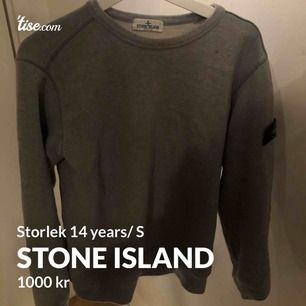 Säljer min super fina Stone island tröja, nästan aldrig använd men tyvär en liten fläck på armen (märks nästan inte) storlek 14 years men sitter som en S. Kvitto finns, köpt på NK. Nypris: 1450