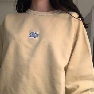 jättesöt och mysig vintage tröja från typ 80-talet. lite sliten (kolla tredje bilden) men håller sig i rätt okej skick. intressekoll fraktar elr möts upp i gävle
