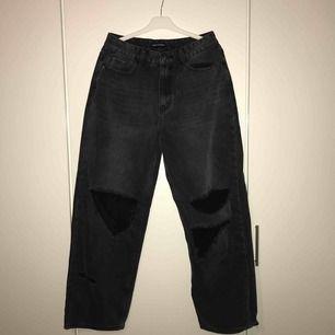 """Svarta boyfriend jeans med hål från prettylittlething """"Mid Wash Baggy Low Rise Distressed"""" Säljer dessa snygga jeans på grund av att de är för stora för mig, etiketten sitter kvar och de är aldrig använda"""