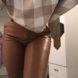 Väldigt snygga byxor i fake skinn material. De är i storlek 34. Jag är 170 och för går de runt anklarna ungefär. Säljer för att de inte kommer till användning har bara använts två gånger.