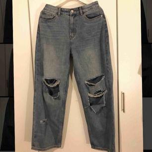 """Blåa boyfriend jeans med hål från prettylittlething """"Mid Wash Baggy Low Rise Distressed"""" Säljer dessa snygga jeans på grund av att de är för stora för mig, etiketten sitter kvar och de är aldrig använda"""