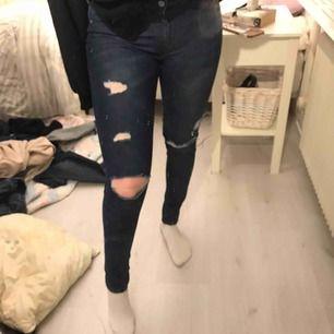Slitna jeans i storlek 36! Mer blåa i verkligheten. Fint skick.