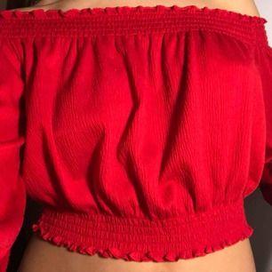 Jättefin röd of shoulder topp/blus från H&M!! Den är kroppad och går precis över naveln. Priset kan sjunka men köparen betalar för frakten👌🏼🤪🥰😍