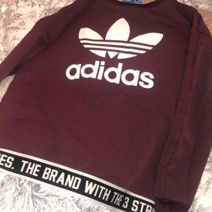 Vinröd oversized sweatshirt från adidas. Fint skick, Använd ett fåtal gånger då jag åkt skidor tills jag köpte en annan. Nypris: 600:-. Köparen står för frakt!:)