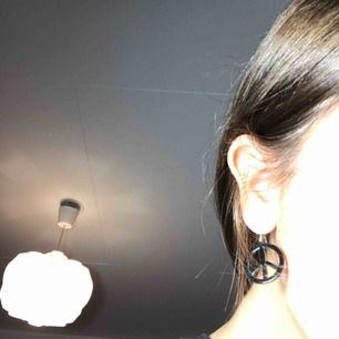 Säljer dessa coola örhängen med Piece märke!! 😻