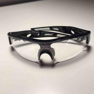 Säljer mina gamla innebandy glasögon 👓 säljer både fodralet och glasögonen för 120 kr men säljer även fodralet och glasögonen i styck för 70 kr!! Märket är Zone och dom är köpta för 250kr. Priset kan sjunka ju snabbare nån vill köpa😎😎