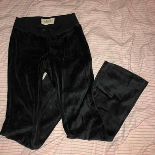 Svarta bootcut mjukisar från Hollister. Skriv för fler bilder, jag är typ 167 o de är ganska korta på mig i benen