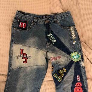 Coola jeans från Eurgiulio. Fint skick, storlek 36 men funkar bra med skärp. Ganska baggy