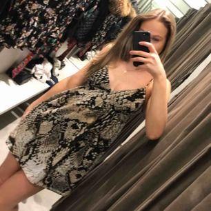 Säljer min snygga klänning. Köpte på zara förra året men fick aldrig chans att använda den. Jag är en xs-s. Öppen rygg bak. Frakt tillkommer på 42 kr💖