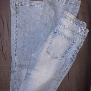 Ljusblå bootcut jeans från Cubus modellen blake bootcut. Ena hylsan har gått sönder. Har tagit ner dom så kanten är fransig och dom passar mig som är 168! :)