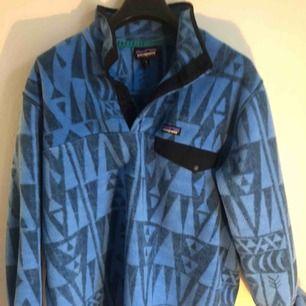 Retro patagonia fleece jacka, perfekt vid utförsåkning eller som oversized plagg i vinter