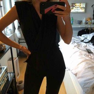 SÅ snygg jumpsuit, kommer ej till användning tyvärr 🖤 köpare står för frakten