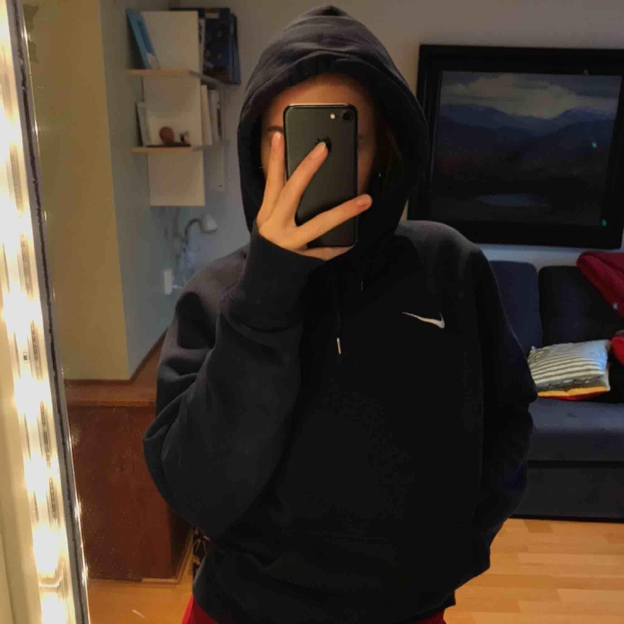 Jätte skön å mysig marinblå hoodie från Nike. Använd men har inte tappat mjukheten i tyget. Satt en ful logga på framsidan därför översytt med en tygbit från insidan av fickan och det är därför ett lika stort hål finns där men det går att limma för . Huvtröjor & Träningströjor.