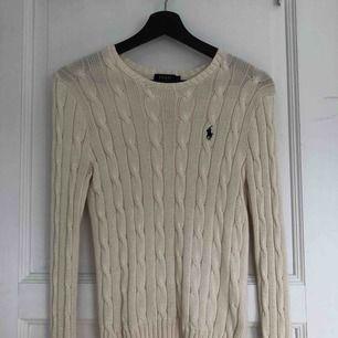 En skitsnygg beige kabelstickad tröja från Ralph Lauren i strl S. Använd ett fåtal gånger och har tyvärr ingen användning av den längre. Ordinarie pris: 1100kr