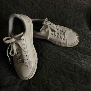 Ass balla vita lack sneakers från bianco💫 använt men tvättar dem ifall nån köper!