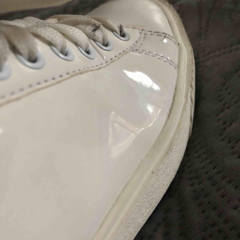 Ass balla vita lack sneakers från bianco💫 använt men tvättar dem ifall nån köper!. Skor.