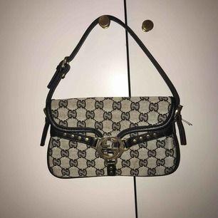 Liten Gucci-inspirerad väska. En pärla. Såååå snygg om man matchar rätt. 💕 Kan även lägga till en kedja och göra det till en crossbody💕 Säljes till högstbjudande 😍