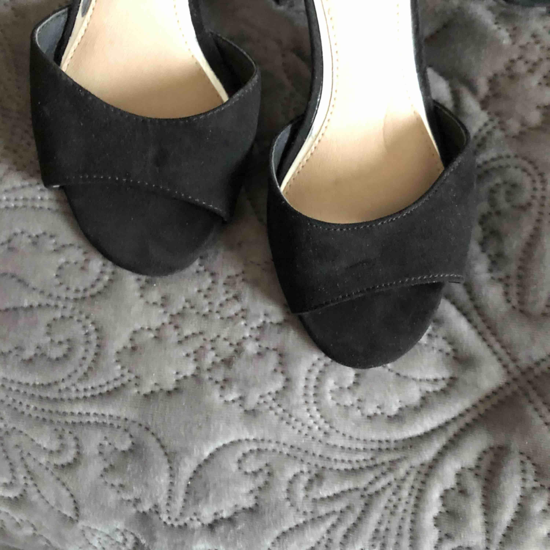 Snygga svarta klackar med detaljer på klacken som är 5cm ✨✨. Skor.