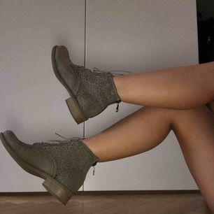 Coola smutsgråa boots👽 använda sällan