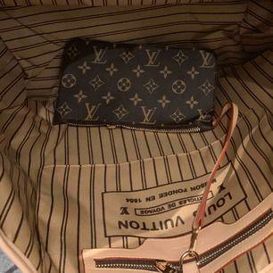perfekt Julklapp  Ny väska inspirerad Louis Vuitton neverfull    Med stor clutch som kan användas separat mycket bra kopi bra kvalitet Hämtas kan frakta spårbar 65kr