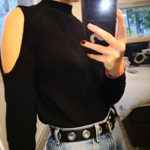 En mjuk svart stickad tröja från H&M divided med hål på axlarna. Använd men i ganska bra skick, inte nopprig. ❤️ Möts upp i Stockholm, helst på Södermalm.  Om du köper flera saker kan vi komma fram till ett bra paketpris