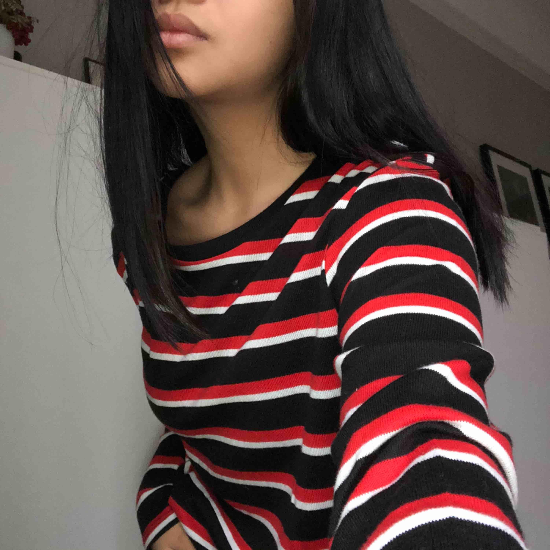 Trendig tröja från ginatricot i storlek L så är lite oversize samt är lång . Huvtröjor & Träningströjor.