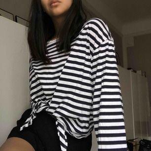 Trendig tröja från divided i storlek L så är oversize och jätte mysig nu när de så kalt☺️