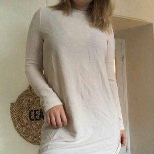"""En krämvit klänning som bara är använd en gång! Tyget är """"randigt"""" eller """"ribbat"""", kan skicka tydligare bild om det önskas. Den är så gott som ny!"""