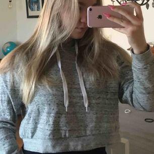 Croppad hoodie grå hoodie i storlek M. Köparen står för eventuell frakt👍🏼