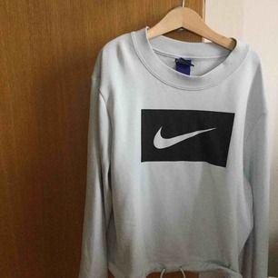 Ge prisförslag! Tunn sweatshirt från Nike, väldigt ljust blågrå. Använd 1 gång. Storlek S. 🧚🏼♀️ Nypris runt 450kr. Kan frakta.