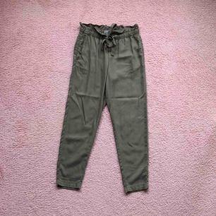 Väldigt fina kostym liknande byxor i khaki-grön. Använt ca 2 gånger och är i väldigt bra skick! Frakt tillkommer