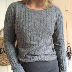 En väldigt mysig tröja i ljusgrå färg, mönstrat tyg. Använd några gånger så lite nopprig vid armarna men inget man lägger märke till! Annars i gott skick! Kan mötas upp i Helsingborg eller så står köparen för frakten :)