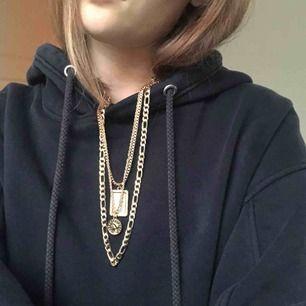Tre halsband i guldfärg, fler bilder kan skickas om det önskas. Köparen står för frakten💓💓💓💓