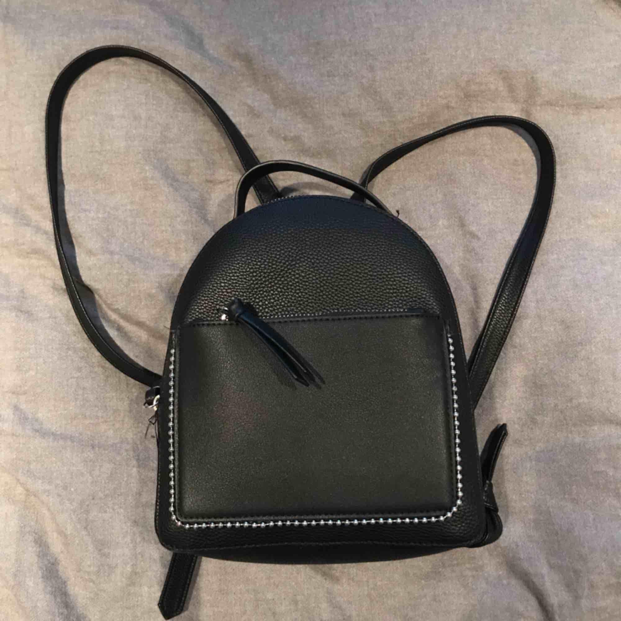 Jättesöt liten ryggsäck från stradivarius i barcelona med ett stort fack och ett mindre. Axelbanden går att ändra. . Väskor.
