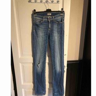 Säljer ett par straight jeans från hunky dory i storlek 26. Använd fåtal gånger, inga hål eller slitningar.