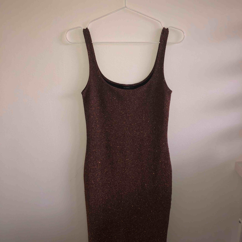 stretchig klänning från FOREVER21 som går ner över knävecken. glittrar jätte fint! sitter tajt. Klänningar.