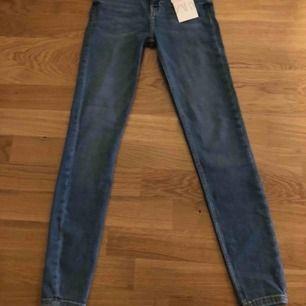 Helt nya, oanvända Skinny jeans med hög midja.