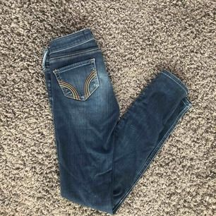 Hollister jeans i storlek 24/29, lite slitna därav priset, köparen står för frakten😊
