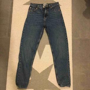 Mom fit jeans i en snygg blå färg med högmidja. Snygga och sköna jeans. Nyskick. Kan skicka fler bilder. Ge prisförslag. Kan frakta💓